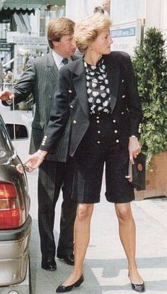 June 4 1990 Diana lunched with brother Charles and his wife Victoria at San Lorenzo Restaurant Short Cycliste, Lady Sarah Mccorquodale, Princess Diana Fashion, Lady In Waiting, Diane, Princess Of Wales, Real Princess, Lady Diana Spencer, Bermuda