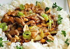 Marinované kuřecí kousky zprudka opečené, promíchané s omáčkou a ořechy.