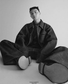 Park Seo Joon para The New York Times Style Magazine Singapore por Hong Janghyun Human Poses Reference, Pose Reference Photo, Boy Photography Poses, Fashion Photography, Park Seo Joon, Park Min Young, Vogue Spain, Dynamic Poses, Poses For Men