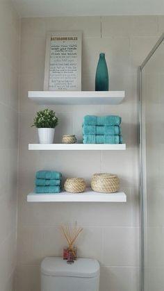 Descubre diferentes alternativas para conseguir espacio de almacenaje para baños. Desde muebles esquineros, estanterías abiertas, muebles hechos a medida. Bathroom Storage, Floating Shelves, Bath Cabinets, Floating Bookshelves, Bathroom Organization, Bathroom Cupboards