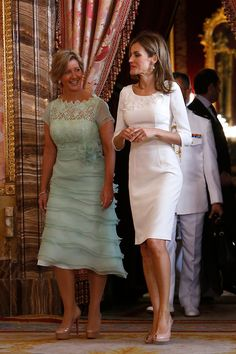 (R) Spanish Queen Letizia attends a lunch with President of Panama's wife Lorena Castillo de Varela (L) at Palacio Real on in Madrid Spanish Queen, Spanish Royalty, Spanish Royal Family, Royal Queen, Queen Letizia, Royal Fashion, Royal Families, Playing Dress Up, Mother Of The Bride