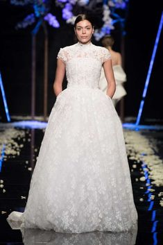 Abito da sposa in pizzo Antonio Riva - Vestito da sposa con carré ricamato  dalla collezione 0eb669b2dda