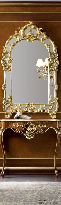 Beautiful mirror and table, nice for an entry.