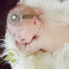 Elena takes THE most adorable baby photos. Just adorable! Baby Headband Holders, Diy Headband, Vintage Headbands, Baby Headbands, Shabby Flowers, Fabric Flowers, Baby Hair Accessories, Felt Baby, Baby Tutu