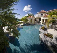 El agua rodea la propiedad.