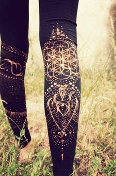 Flower of Life als Bleach-Motiv auf Leggins. Psytrance Clothing, Hippie Stil, Modern Hippie, Estilo Fitness, Diy Vetement, Do It Yourself Fashion, Ideias Diy, Mode Boho, Flower Of Life
