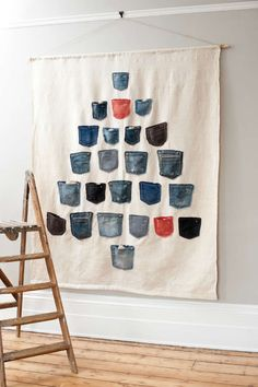 DIY Inspiration: Adventskalender aus Jeans-Hosentaschen // Advent calendar made with Jeans pockets von Daniela Exley (engl. All Things Christmas, Christmas Time, Xmas, Christmas Calendar, Christmas Tables, Nordic Christmas, Christmas Parties, Modern Christmas, Holiday Fun