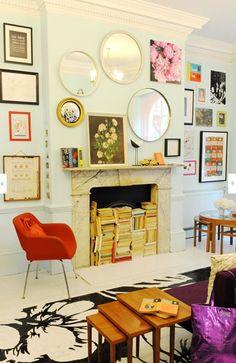 Haard als boekenkast: Gebruik de haard eens voor wat anders dan je mee op te warmen. Als boekenkast bijvoorbeeld. De wand vol met lijsten en spiegels heeft ook wel wat.