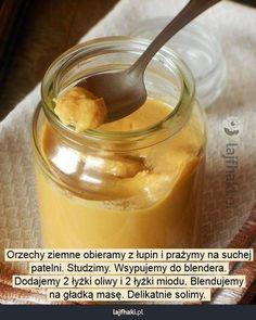 Domowe masło orzechowe - Orzechy ziemne obieramy z łupin i prażymy na suchej patelni. Studzimy. Wsypujemy do blendera. Dodajemy 2 łyżki oliwy i 2 łyżki miodu. Blendujemy na gładką masę. Delikatnie solimy.