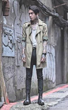 時尚穿搭:【二手軍綠色風衣 X 灰色U領上衣 X 深灰色SUPERSKINNY西裝褲 X 雀爾希厚底靴】英倫頹廢個性混搭