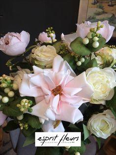 Un bouquet de mariée intemporel avec des roses blanches et roses, des boutons de pivoines, des baies de symphorines ou du fittonia. Boutique Esprit, Floral Wreath, Wreaths, Table Decorations, Home Decor, Peonies, Flowers, Berries, White Roses