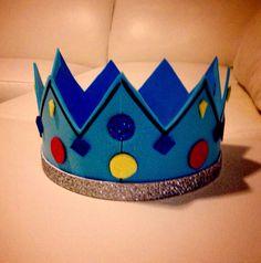 Corona de rey, hecha con papel de espuma. Es muy fácil de hacer! / Crown King, made with foam paper. It is very easy to do!