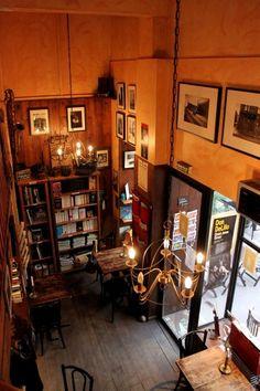 Cup of Tea, salon de thé-librairie, quartier du Panier à Marseilles. Très jolie salle, on s'y sent comme à la maison, voire mieux ;)