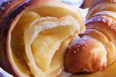 A franciák révén vált világhírűvé a croissant, pedig nem ők készítették először. A félhold alakú péksüteménytállítólag Bécsbensütötték meg, s mint annyi mindennek, ennek is van magyar vonatkozása. ALarousse Gastronomique szerint a magyar pékek tiszteletére született a kifli, méghozzá azért, mert az éj leple alatt közeledő törökökre az épp műszakukat teljesítő pékek a harangok félreverésével figyelmeztették a lakosságot. A croissant elődjének tekinthetőkipfle-t osztrákok kezdték árusítani egy Hot Dog Buns, Hot Dogs, Croissant, Mashed Potatoes, Sweets, Snacks, Baking, Ethnic Recipes, Tarts