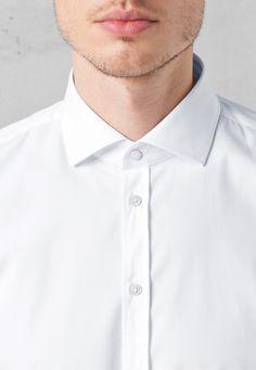 Strellson Männer sind Gentlemen - deshalb gehört ein Hemd wie Jamie UMA zu Ihrer Garderobe. Moderner SLIM FIT und Haifischkragen geben dem Hemd einen dynamischen, jungen Appeal. Die Umschlagmanschetten mit silberfarbenen Manschetten-Knöpfen machen Jamie zum gekonnten Kombiteil zu Smoking.im offiziellen Strellson Online-Shop