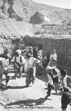 Baile religioso danzando frente a vivienda típica atacameña. Fotografía de Roberto Gerstmann. S/F.