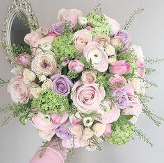 Perfect colour combo. Bouquet by @lolaflowerboutique #meijerroses #flowers #flowerstagram #flowerpower #weddings #weddinginspiration #flowerslover #weddingflowers #weddingideas #bride