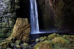 """Uma das mais belas cachoeiras do sul da Chapada Diamantina, na Bahia, exige preparo físico. São dois dias de caminhada se escolher a trilha por cima e de três a cinco horas se for visitá-la por baixo. A recompensa é a intocada cachoeira da Fumacinha, pouco visitada devido à dificuldade da trilha e toda coberta...<br /><a class=""""more-link"""" href=""""https://viagem.catracalivre.com.br/brasil/roteiro-viagem/indicacao/fumacinha-uma-das-cachoeiras-mais-bonitas-da-chapada-diamantina/"""">Continue lendo…"""