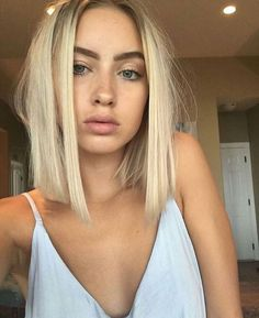 Straight but messy short hair and natural makeup.