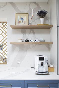 Projekt NAVY - granatowa, elegancka kuchnia w klasycznym stylu Shower Remodel, Kitchenaid, Floating Shelves, Kitchen Design, Interior, Dream Kitchens, Furnitures, Navy Blue, Home Decor