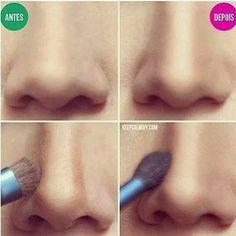 efecto nariz respingada Agregar sombre café (no marrón) al contorno de la nariz.  Difuminar la bien todo y por ultimo agregar un poco de iluminador.