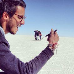 30 Creative And Playful Open Space Photography Ideas - Featuring Salar de Uyuni, Bolivia - Feminine Buzz Perspective Photography, Space Photography, Creative Photography, Photography Ideas, Photos Du, Cool Photos, Illusion Fotografie, Foto 3d, Forced Perspective