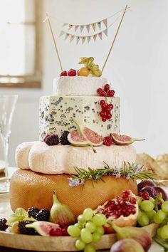 Köstliche Käse-Hochzeitstorte aus Käselaiben.