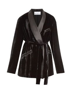 Raey takes its cues from languid pyjama styling with this black smoking jacket. It's made from sumptuous velvet to fall loosely over the body, and accentuated with a lustrous satin shawl collar and self-fastening tie to define the waist. Wear yours with the matching trousers, adding a slick of red lipstick for an effortlessly sophisticated evening look.