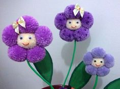 All the charm of Magic Pompoms Handicrafts - Handicrafts On the Net Vase 2 Hobbies And Crafts, Diy And Crafts, Crafts For Kids, Arts And Crafts, Pom Pom Flowers, Pom Pom Rug, Pom Poms, Pom Pom Crafts, Yarn Crafts