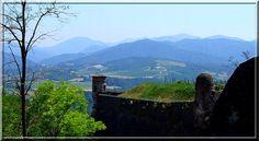 Lorsqu'un château fort est magnifiquement positionné pour surveiller une vallée ou un col, il est très souvent utilisé par les militaires de tous les siècles. Évidemment, les architectes de chaque armée le modifient. C'est ainsi qu'à Gavi, sur des bases médiévales, une forteresse du 17ème s'affiche fièrement.