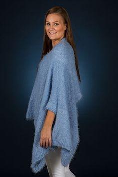 Ultra smart poncho/sjal designet af Mayflower. Strikket i Mayflower Paris. Gratis strikkeopskrift lige til at hente!
