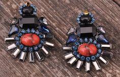 Brincos de cristais (vermelho, azul e preto): PEDRA DURA (36€) ✓