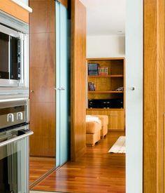 Ideas para separar ambientes. Puerta corredera doble de vidrio en cocina.