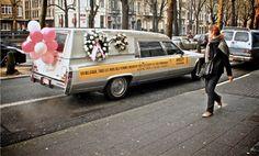 Ce véhicule symbolique affichait le message de l'annonceur : « En Belgique, tous les mois des femmes meurent sous les coups de leur compagnon ».