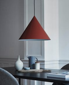 Ren og minimalistisk design i vakker utførelse fra Frandsen. Benjamin er en kjegleformet pendel i metall i fargene matt hvit, matt grå, matt sort og matt rød på skjerm med matchende stoffledning. Den røde skjermen har sort ledning.