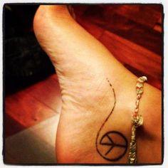 Pequeño Tatuaje con el símbolo de la paz en el pie.   Pequeños Tatuajes