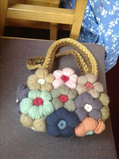 A 90 yr old friend walked in with this bag the other day and today I miraculously ran into the tutorial checking out pins. for mollie flowers Crochet Motifs, Crochet Flower Patterns, Crochet Flowers, Crochet Stitches, Knit Crochet, Crochet Handbags, Crochet Purses, Diy Clutch, Flower Bag