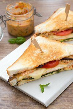 Toast vegetariano: fragrante ad ogni morso. Perfetto per una gustosa pausa pranzo! [Vegetarian sandwich]