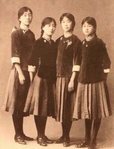 An alternative to Qipao two piece skirt and blouse combo....1916年,12岁的林徽因(右一),北京培华女中校服。Right: 12 years old Lin Huiyin (1904-1955) in school uniform, 1916
