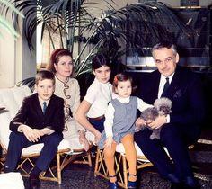1967 - Grace mit Sohn Prince Albert, Töchter Prinzessin Caroline und Prinzessin Stephanie und Ehemann Fürst Rainier