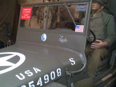 image 5 : Dans le musée du débarquement situé à Arromanches nommé D DAY MUSEUM, nous avons photographiés un soldat américain conduisant une jeep américaine restaurée de la seconde guerre mondiale. DT 3e3 mars 2014