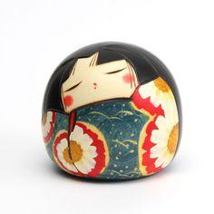 """Cette poupée kokeshi s'appelle Shizuka, qui signifie """"Calme"""" en japonais.    Dimension : H95xW100mm    Bois: cornouiller    Fabriquée par Toshio Sekiguchi à Gunma, Japon."""