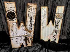Letras de cartón decoradas a la espera de terminar un proyecto para la tienda.