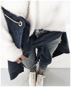 Pull blanc tout doux + jean + veste noire nouée + sac noir + Stan Smith