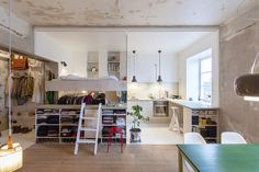 This small 36 square meter (388 square feet) apartment, dubbed the HB6B apartment, recently underwent an unusual renovation. The apartment is set in the ci