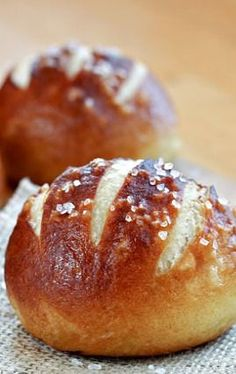 Oh my goodness friends! These Soft Pretzel Rolls are amazing and totally worth your time and effort in the kitchen. They have a chewy, golden outer crust and a soft center, just like a soft pretzel. Pretzel Rolls, Pretzel Bun Recipe, Pretzel Bread Recipes, German Pretzel Roll Recipe, Bread Bun, Bread Rolls, Bread Food, Pita Bread, Gastronomia