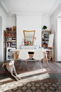 La casa de Mari Quiñonero Las plastic chairs de Eames para Vitra sirven de trono coronando la mesa Stockholm de Ikea.