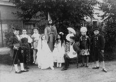 Děvčata a chlapci v kostýmech pro divadelní představení