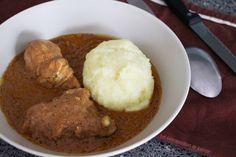 C'est avec ma mère que j'ai préparé cette superbe recette. Elle me prépare ça depuis que je suis petite et c'est facilement, un de mes plats préférés. Chez nous au Bénin, le foufou se nomme « Agoun » et pour l'occaz, comme il est très difficile (et beaucoup plus long) de piler de l'igname en Europe ou …
