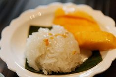 When it comes to dessert, not much can rival the taste and texture combo that is mango and sticky rice. This recipe for a traditional Thai dessert with fresh mango is a gourmet treat you can eat every day, and you'll want to! Coconut Sticky Rice, Sweet Sticky Rice, Mango Sticky Rice, Thai Dessert, Cambodian Desserts, Thai Mango, Rice Desserts, Remoulade, Dried Chillies